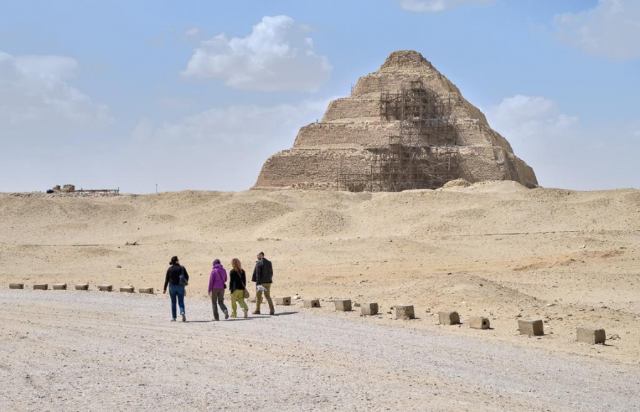 Lara Weiss, Miriam Müller, Valentina Gasparini, and Daniel Soliman walking to the Djoser complex. Photo: Nicola Dell'Aquila.